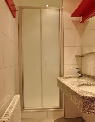 Mehrbettzimmer-Dusche